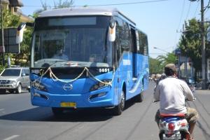 Bus Mulai Jalan Setelah Berhenti di Halte Pasar Larangan