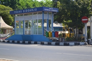 Halte Pasar Larangan Terlihat Lengang Setelah Penumpang Diangkut Bus